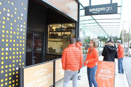 Охранники возле магазина Amazon Go. Фото: Sam Machkovech / Ars Technica