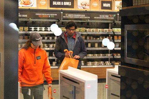 Покупатели с покупками свободно выходят из магазина Amazon Go. Фото: Sam Machkovech / Ars Technica