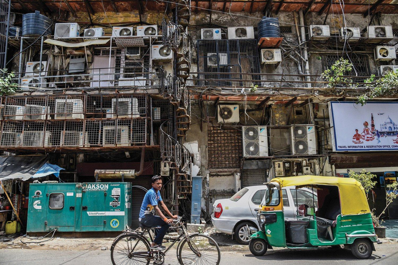 Кондиционеры облепили фасады многоквартирных домов в столице Индии. В мае температура здесь регулярно выше +40. Менее 10 процентов индийских домов оснащены кондиционерами, но спрос на них стремительно растет.