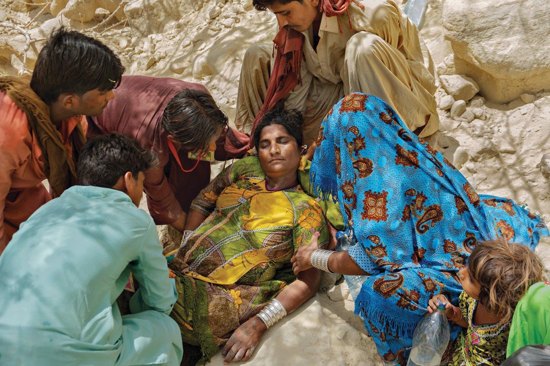 Верующие совершают трудное паломничество через пустыню западного Пакистана, и от сильной жары – 40 градусов Цельсия – часто падают в обморок, как на этой фотографии. Когда температура тела повышается, сердце работает все напряженнее, перекачивая кровь к коже. Если сердце не справляется с нагрузкой, артериальное давление резко падает. Риск особенно высок для пожилых людей.