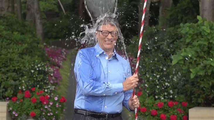 Гейтс принял вызов Цукерберга и облил себя ледяной водой